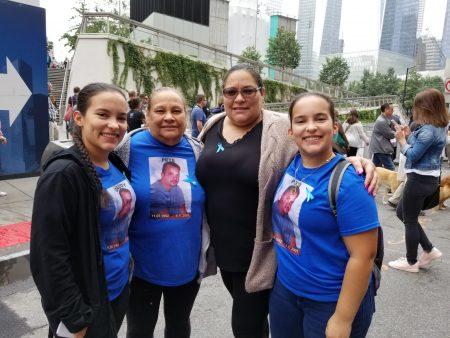 旺达•奥尔蒂斯(右二)带着两名17岁双胞胎女儿及母亲出席纪念会,悼念在911罹难的丈夫。