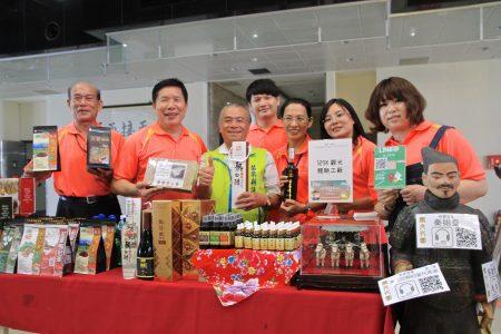 百茶文化園區陳雲輝歡迎遊客與選手品嚐茶美食與秦文物展。