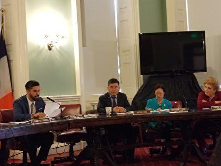 市議會消費者事務與商業許可委員會26日,對由市議員顧雅明(左二)提出的Intro.969號法案與另三條提案進行表決投票。