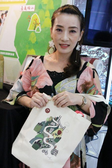 """嘉义县文化观光局11日举办""""梅山特色巷弄老街""""成果发表会,会中展示并提供所出版的梅山购物旅游地图。"""