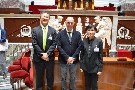 文化部長鄭麗君(右)由法國國民議會友台小組主席賽沙里尼(中)、駐法大使吳志中陪同,參觀國民議會。