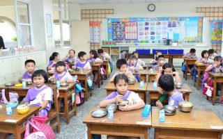 县长与学童共进营养午餐  期勉严格把关品质