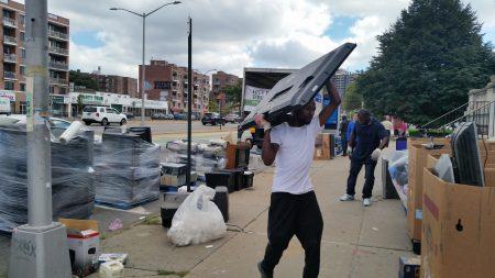 在紐約不能隨便丟棄電子垃圾,艾姆赫斯特聯合會舉辦回收電子垃圾活動,共回收1.8萬磅電子垃圾。