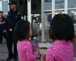 23日黄秀宏再次来到天安门。图为她的两个小女儿及天安门广场警察。(受访者提供)