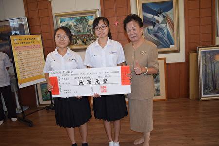 員林高中學生李美蓁(左)與陳彥涵各得六萬元。