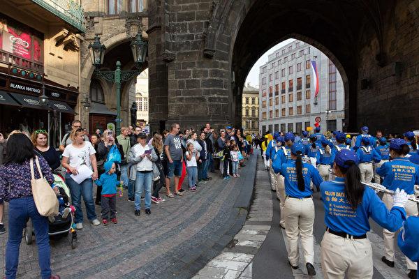 9月28日下午,以天國樂團打頭的法輪功遊行隊伍浩浩蕩蕩穿過布拉格老城中心。(Matthias Kehrein/大紀元)