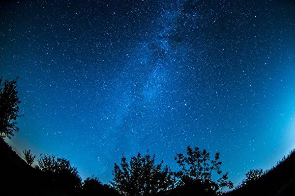 星空美景将不在?科学家忧卫星群污染夜空
