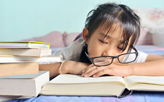调查:睡不够一定时间 孩子近视风险增9倍