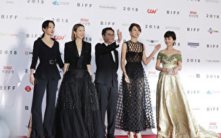 《八個女人》釜山首映 鄭秀文梁詠琪走紅毯