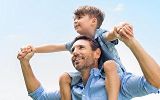 一个拥抱让父亲羞愧自责 原来儿子比爸有智慧