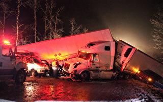2018 年2 月25 日晚,在溫哥華Coquihalla 高速公路上發生的多輛車相撞事故。(Shane MacKichan/ 加通社)