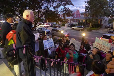 会议前有数十名华裔家长在校门前集会,布碌崙参议员高顿、众议员寇顿和白彼得都到场,率众抗议