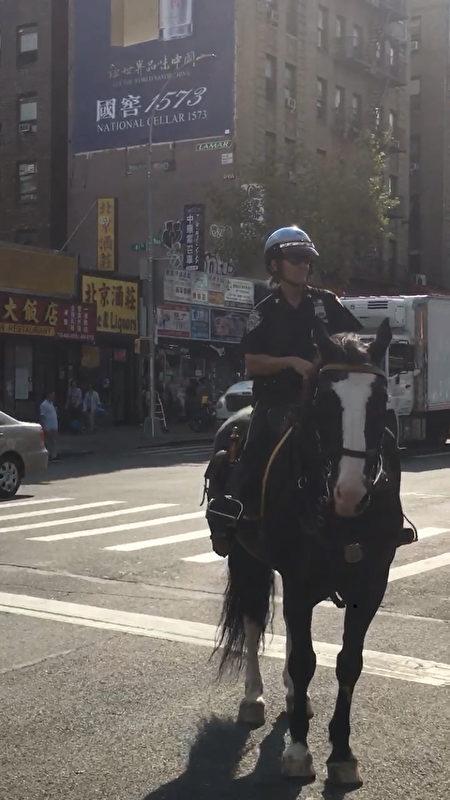10月2日早上,一名騎警在法拉盛緬街行進。