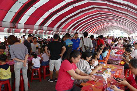 「2018千人彩繪風車嘉年華」活動會場吸引上千名兒童與家人共同完成彩繪風車。