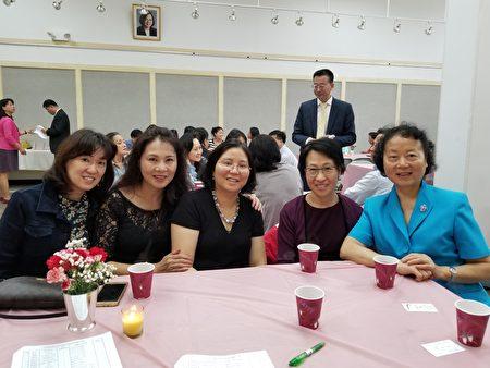 人力中心中文學校今年有六名老師獲獎,自右至左分別是校長石蔚靜、主任王婉雪、蔡曉虹與羅紅玲老師。