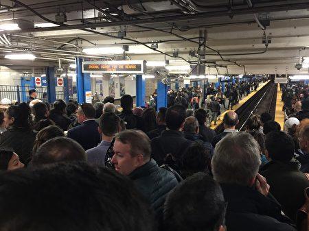 10月30日下班時因為賓州車站所有列車晚點,通勤者湧到PATH車站。
