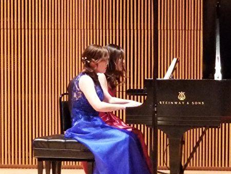楊嵐茵博士與鋼琴家陳孜怡(著藍色禮服)四手聯彈,表演多首精彩曲目。