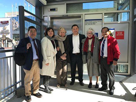 顧雅明、孟昭文、舒默、金兌錫、史塔文斯基、杜彼得(從左至右),體驗長島鐵路法拉盛緬街站新電梯。