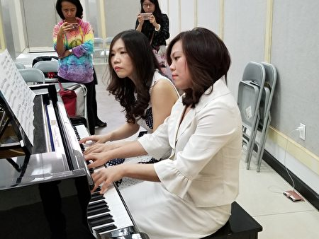 杨岚茵博士(左)与钢琴家陈孜怡(右)在记者会现场表演双声钢琴二重奏。