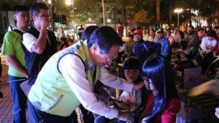 市長涂醒哲與夫人於晚上8時許進中正公園舞台區,一排一排來回穿梭,一一與民眾握手拜票。