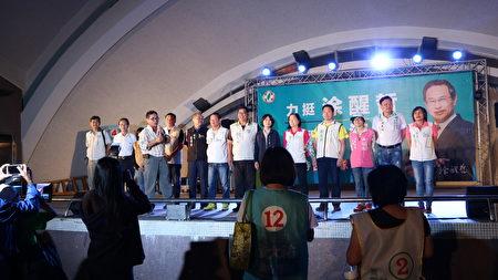 台灣隊市議員候選人13人包括許明對等人陪同上台,尋求選民支持,經過名嘴陳茂松(持麥克風)的透徹解析,選民更了解應該選哪一位了。