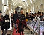 9月27日晚,温哥华时尚名品店Leone酬宾晚会上的2018国际设计师品牌秋冬新款服装秀。(唐风/大纪元)