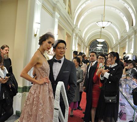 9月27日晚,在Leone舉辦的酬賓晚會的秋冬新款服裝秀上,設計師與模特合影。(唐風/大紀元)