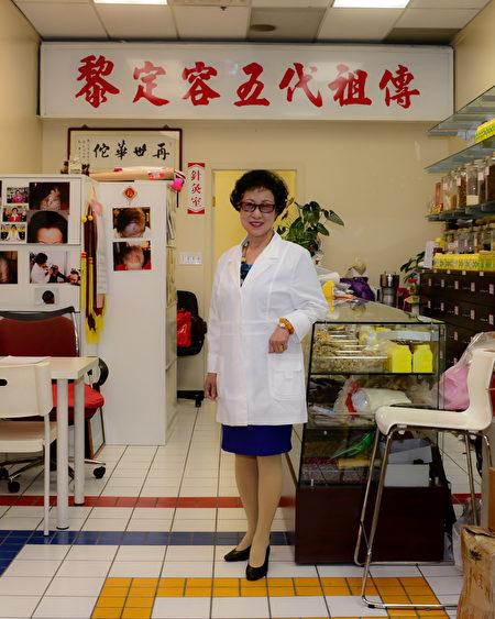 黎定容,温哥华金杏堂中医针灸按摩诊所著名中医师,五代祖传,被当地病人称为再世华佗。(黎定容提供)