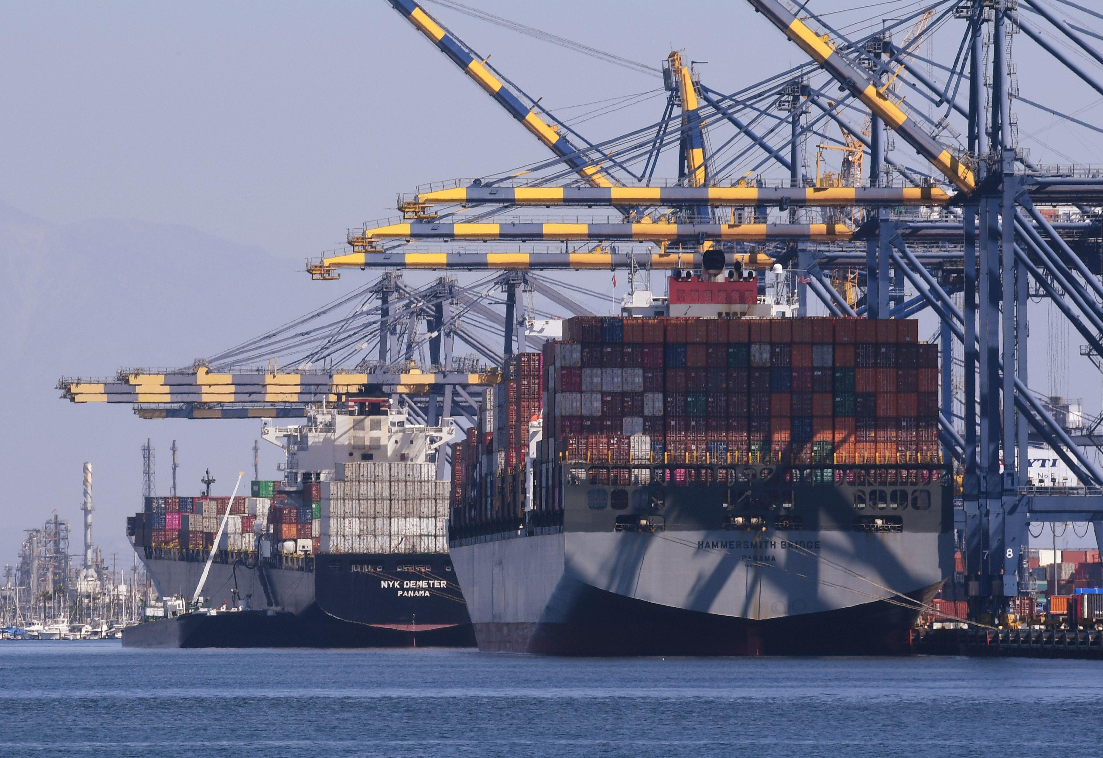 專家分析,美國對中國商品採取關稅措施,對中國市場的影響較大,並預測這是一場長期戰,特朗普政府的目的是要改變中共經貿體制。(MARK RALSTON/AFP/Getty Images)