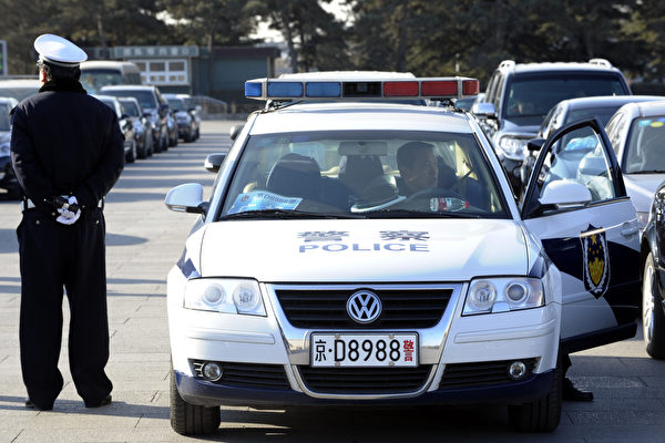 湖北公安成黑社会保护伞 用警车装运黑钱