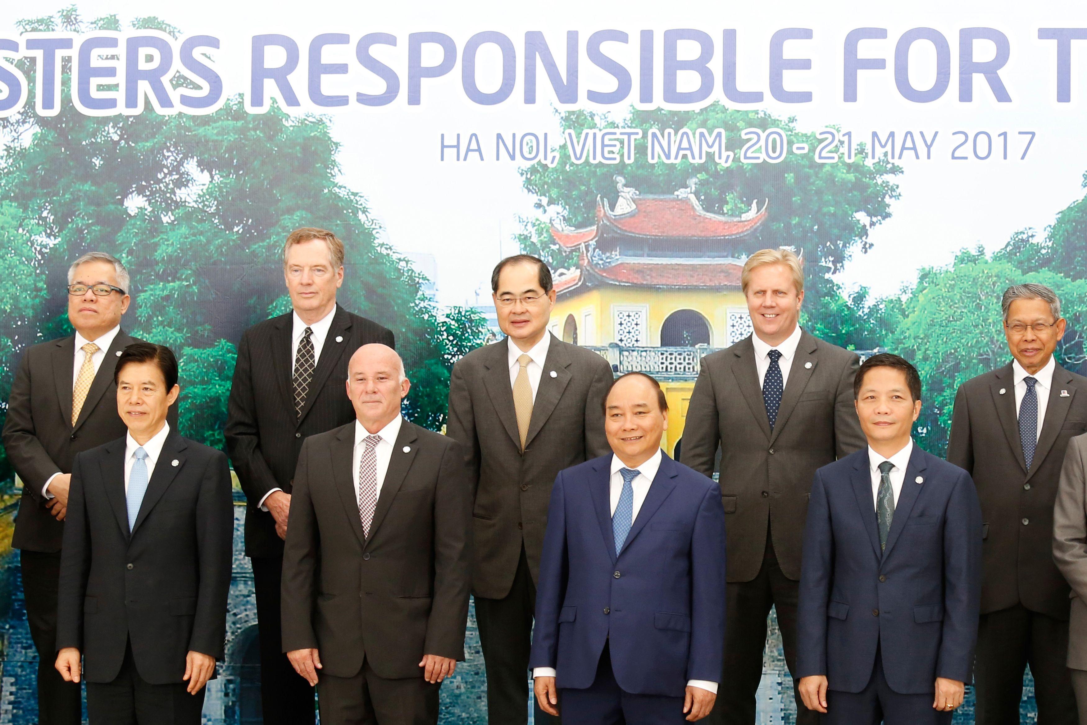 圖為2017年APEC會議上各國貿易代表或商務部長合照。第二排左二為美國貿易代表萊特希澤(Robert Lighthizer),左一為菲律賓貿部長拉佩斯(Ramon Lopez)。(KHAM/AFP/Getty Images)