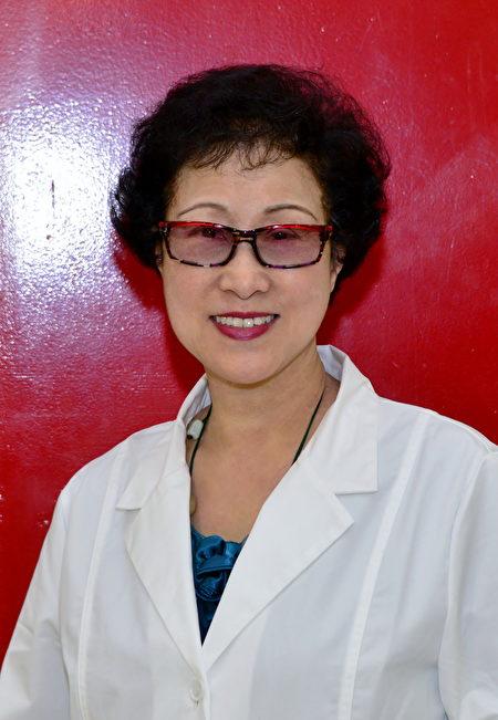 黎定容,温哥华金杏堂中医针灸按摩诊所著名中医师,年届80,看起来不过60。(黎定容提供)