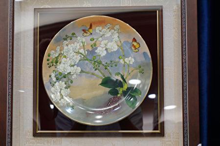 特使團準備繪製台灣原生種蘭花「台灣阿嬤」彩繪磁盤贈送教宗,象徵台灣聖潔、堅毅,不畏外在險峻挑戰。