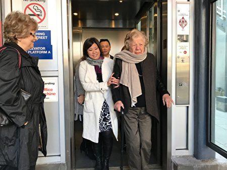 前皇后區區長舒曼、國會眾議員孟昭文體驗新電梯。