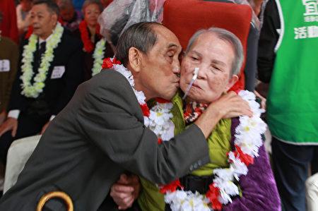 钻石婚表扬大会上93岁高龄阿公亲了阿嬷的脸颊。