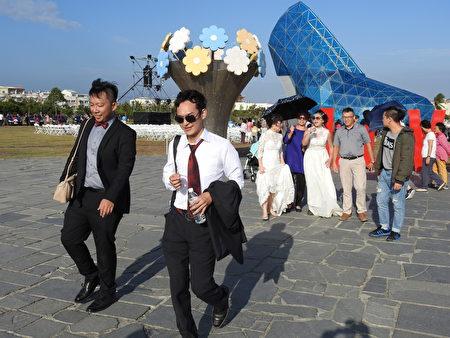 """云嘉南滨海国家风景区管理处3日在布袋高跟鞋教堂园区,举办一场别开生面的""""找寻高跟鞋的主人""""活动,整个园区洋溢着幸福美满、浪漫迷人的气息。"""
