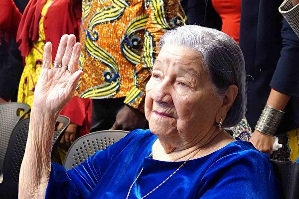 106岁老妇入美国籍 替已故丈夫圆梦