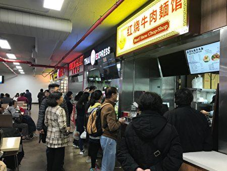 """""""香港美食城""""试业第一天,就吸引不少顾客。"""