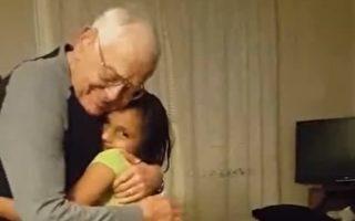 94岁阿公肢体灵活 邀小孙女一起跳扭扭舞