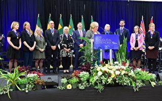 2018年11月5日,温哥华新市长肯尼迪.斯图尔特(Kennedy Stewart,左六)与10名市议员宣誓就职。(摄影:余天白/大纪元)
