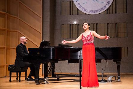 848號選手朱穎恩11月10日在新唐人第七屆全世界華人美聲唱法聲樂大賽決賽中演唱。(戴兵/大紀元)