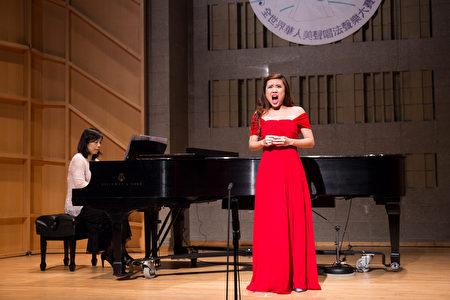 813号选手洪筱欢11月10日在新唐人第七届全世界华人美声唱法声乐大赛决赛中演唱。(戴兵/大纪元)