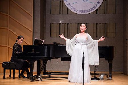 817號選手陳若緹11月10日在新唐人第七屆全世界華人美聲唱法聲樂大賽決賽中演唱。(戴兵/大紀元)