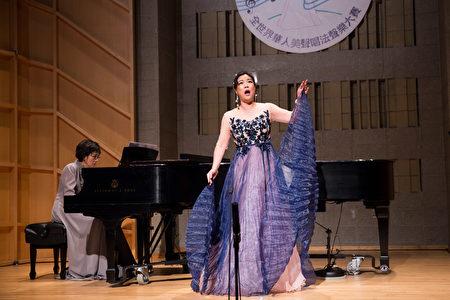 766號選手潘悠然11月10日在新唐人第七屆全世界華人美聲唱法聲樂大賽決賽中演唱。(戴兵/大紀元)