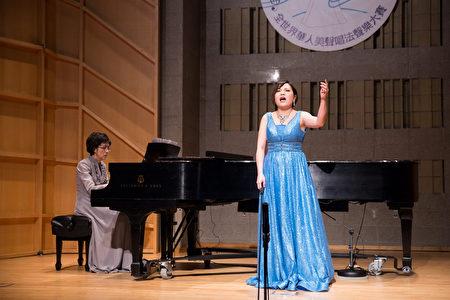 812號選手黃嘉怡11月10日在新唐人第七屆全世界華人美聲唱法聲樂大賽決賽中演唱。(戴兵/大紀元)