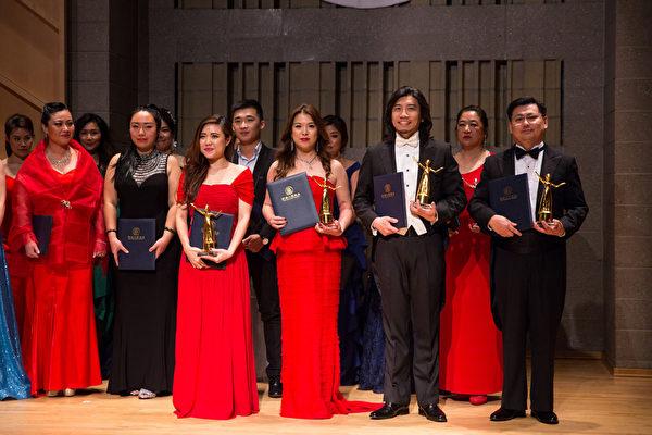 11月10日,在第七屆「全世界華人美聲唱法聲樂大賽」比賽中獲得銅獎的四位選手,從左到右分別是:洪筱歡、蔡孟融、蔡維恕、黃鵬。(戴兵/大紀元)
