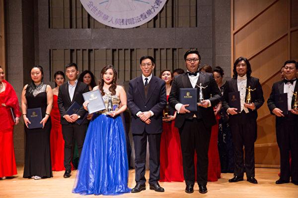 11月10日,在第七屆「全世界華人美聲唱法聲樂大賽」比賽中獲得銀獎的選手王珮穎(左)、Xuefeng Wan(右)與本次大賽評委主席關貴敏(中)合影。(戴兵/大紀元)