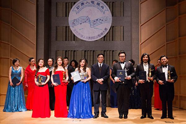 11月10日,在第七屆「全世界華人美聲唱法聲樂大賽」比賽中獲得銅獎的六位選手與本次大賽評委主席關貴敏(右四)合影。(戴兵/大紀元)