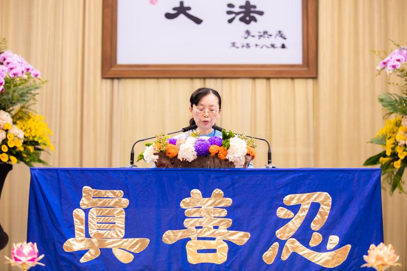 2018年法輪大法台灣修煉心得交流會11月25日在台大綜合體育館舉行,來自台中的林婷婷在法會中分享修煉心得。(羅正恆/大紀元)