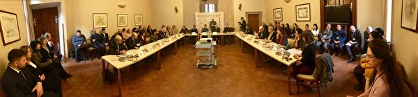 捷克國會參議院在瓦爾茨特蔭宮館的紮翰沙龍舉行了公眾聽證會。(明慧網)